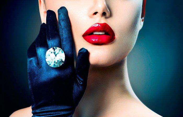 glamorous-escort-eva-with-red-lipstick-and-big-ring